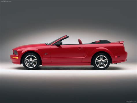 Ford Mustang GT Convertible (2005) - picture 17 of 42