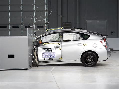 crash test siege auto 2014 2014 toyota camry small overlap iihs crash test