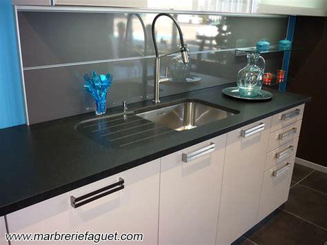 plan de travail cuisine granit noir table cuisine corian blanc