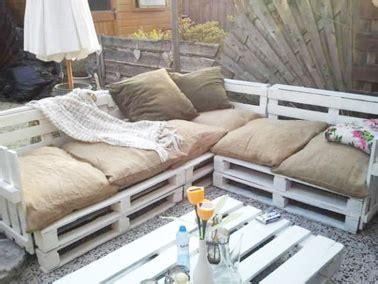 coussins originaux canapé aménager jardin avec des meubles en palettes bois