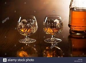 Holztisch Mit Glas : glass cognac stockfotos glass cognac bilder alamy ~ Frokenaadalensverden.com Haus und Dekorationen