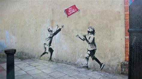 Banksy sells art at New York street stall for $60 - BBC News