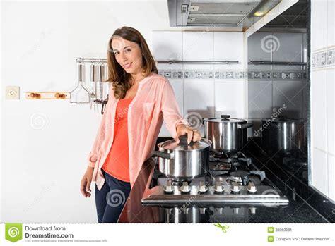 lesbienne dans la cuisine femme faisant cuire la nourriture dans la cuisine