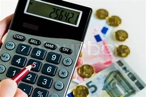 Fluktuation Berechnen : hand mit taschenrechner und geld stockfoto colourbox ~ Themetempest.com Abrechnung