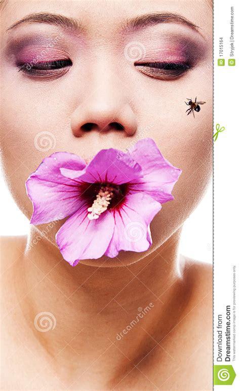 bocca di fiore donna con il fiore in bocca immagini stock immagine