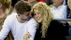 Gerard Piqué le lava el pelo a Shakira | Premio Lo Nuestro ...