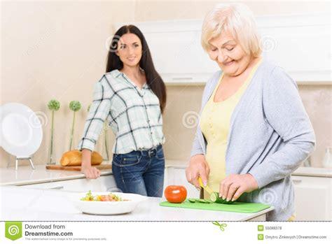 cuisine de mamie légumes de coupe de mamie dans la cuisine photo stock