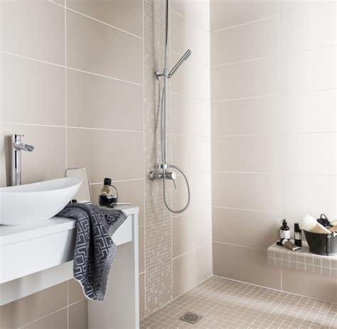 du carrelage beige pour illuminer la salle de bains leroy merlin