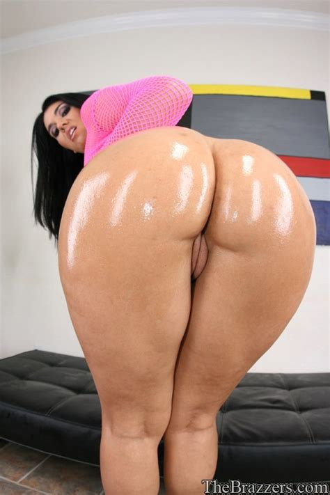 Big Ass Brunette Shows Her Pussy Sinthetic