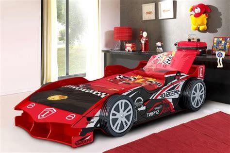 lit enfant voiture le lit voiture pour la chambre de votre enfant archzine fr