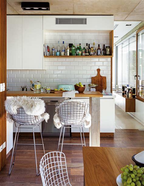 una casa decorada  materiales nobles  resistentes