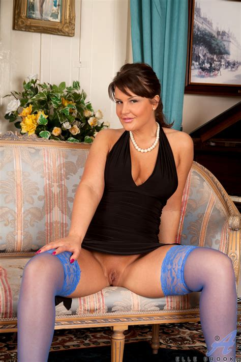 Elegant Milf Elle Brook Fingers Her Juicy Wet Pussy Suzi