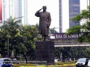 patung jenderal sudirman berdiri kokoh  pusat kota