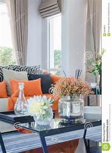 Orange Kissen Und Decke Auf Modernem Sofa Im Wohnzimmer