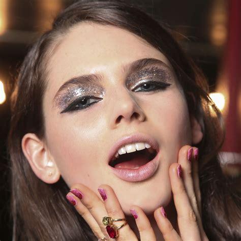 photo de maquillage comment mettre des paillettes sur les yeux pour un joli maquillage