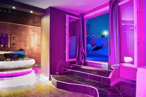 chambre baignoire balneo romantique loft lit rond comme suspendu plafond tendu