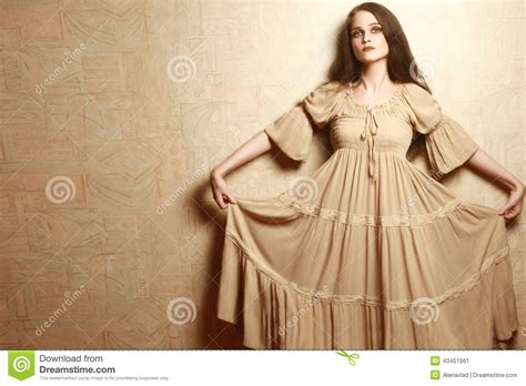 Mulher Da Forma No Estilo Retro Da Roupa Do Vestido Do