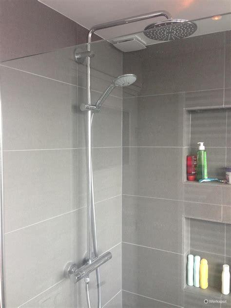 vloerverwarming badkamer douche badkamer renoveren aanleggen vloerverwarming werkspot
