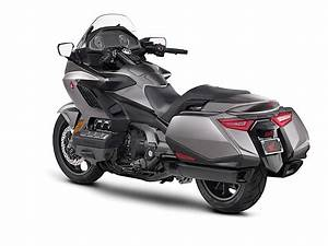 Goldwing 1800 2018 : 2018 honda gold wing officially revealed with sharper design autoevolution ~ Medecine-chirurgie-esthetiques.com Avis de Voitures
