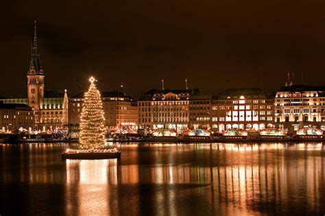 weihnachtsbaum alster alster weihnachtsbaum 2012 steht foto bild architektur architektur bei nacht hamburg bei