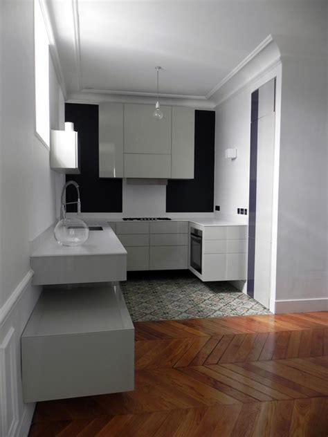 comment decorer une cuisine ouverte cuisine suspendue dans appartement haussmannien