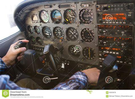 tablero de instrumentos vuelo aeroplano de la carlinga de cessna 172 con el piloto