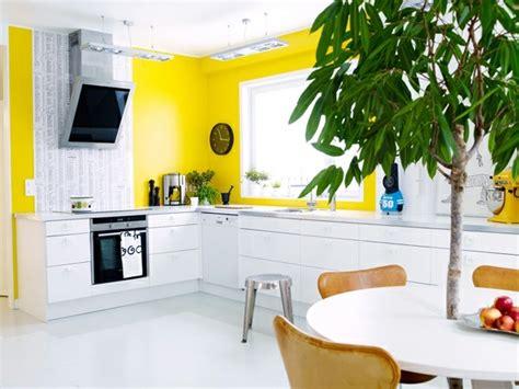 cuisine jaune et blanche idée décoration cuisine le charme de la cuisine scandinave