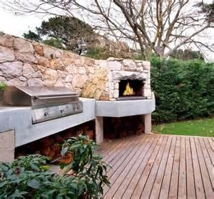 photo de barbecue exterieur terrasse de jardin avec chemin 233 e en et barbecue encastr 233 barbeuc barbecue