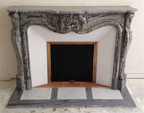 rideau de cheminee ancienne installation d une chemin 233 e de style louis xv en marbre bleu fleuri le plaisir du feu