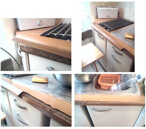 revetement table cuisine revêtement de plan de travail fendu et décollé