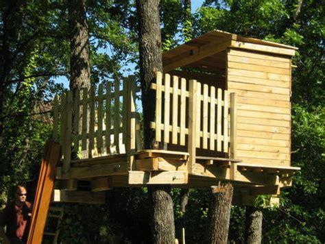 comment faire une cabane dans sa chambre comment construire une cabane dans les arbres bricobistro
