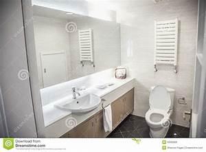 Badezimmer Modern Bilder : modern sauber badezimmer mit toilette und wanne lizenzfreies stockbild bild 33393926 ~ Sanjose-hotels-ca.com Haus und Dekorationen