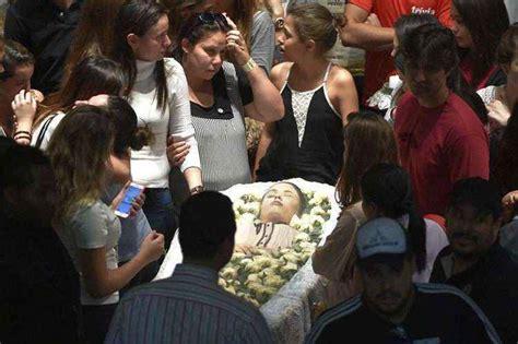 Familiares, amigos e fãs se despedem de Cristiano Araújo ...