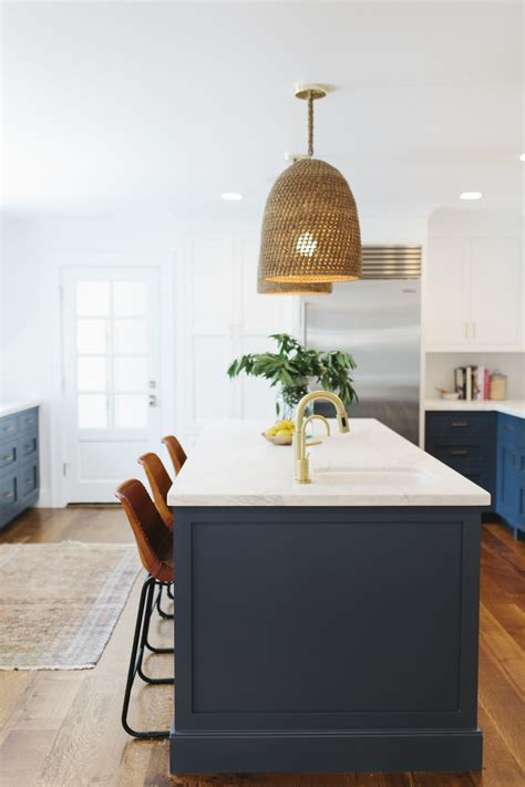 21 gorgeous pendant lights over an island bench   A House