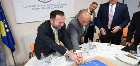 Tortë për rekomandimin e vizave, Haradinaj poston foton