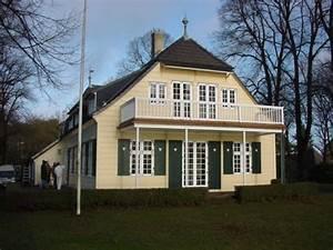 Haus Mit Fensterläden : haus der arche hamburg mit gro em balkon heller holzfassade und gr nen fensterl den mit herz ~ Eleganceandgraceweddings.com Haus und Dekorationen