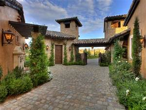Tuscan, Style, Courtyard, With, Cobblestone, Pavers
