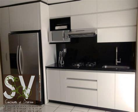 foto cocina integral blanco alto brillo  cubierta de