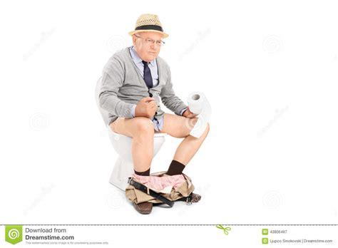 homme qui pisse assis homme sup 233 rieur poussant dur assis sur une toilette photo stock image 43806487