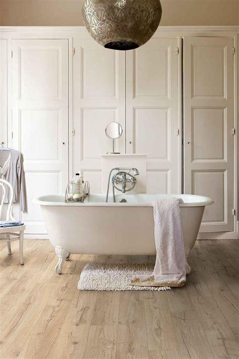Warme houtlook badkamervloer met Quick?Step® laminaat