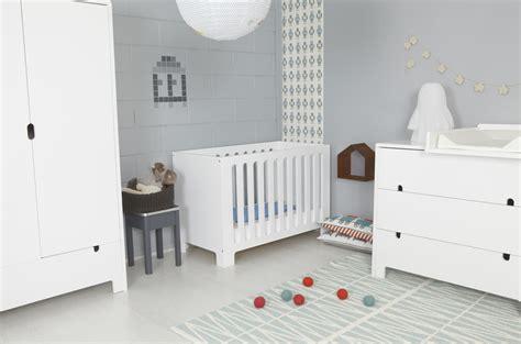 photo ambiance chambre bébé gris et violet