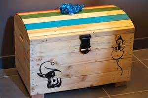 coffre 224 jouet en bois de palettes chambre d enfant de b 233 b 233 par palette graphik