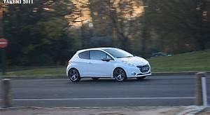 Peugeot 208 Blanche : une peugeot 208 f line blanche surprise sur la route news f line 208 ~ Gottalentnigeria.com Avis de Voitures