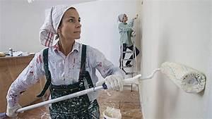 Wände Weiß Streichen : dunkle w nde streichen so wird die wand wieder wei ~ Frokenaadalensverden.com Haus und Dekorationen