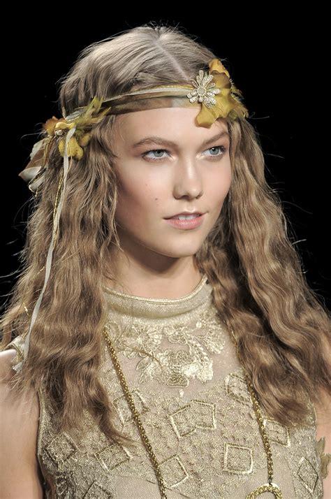 fiori capelli moda di primavera le acconciature con i fiori nei capelli