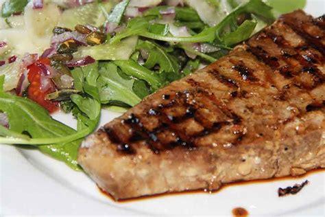 Grilēts tunča steiks ar gurķu salātiem | Receptes
