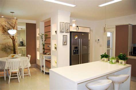 photo une cuisine ouverte sur le salon avec r 233 frig 233 rateur am 233 ricain