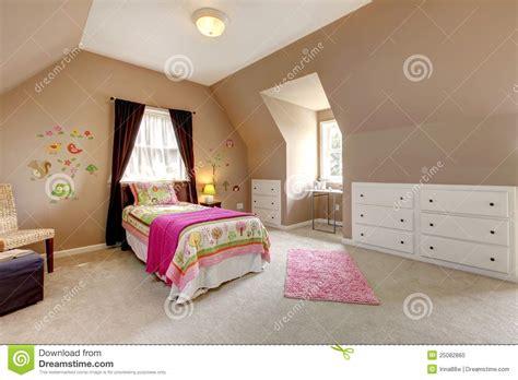 chambre à coucher bébé grande chambre à coucher brune de bébé avec le bâti