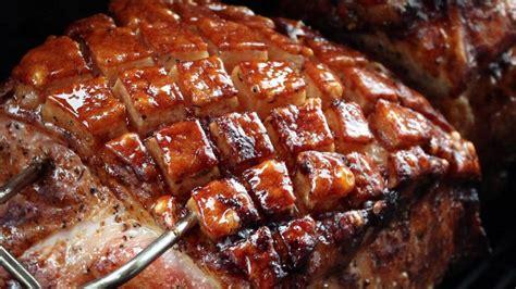 krustenbraten im backofen mit bier krustenbraten vom schweineschinken im grill auf der rotisserie living bbq