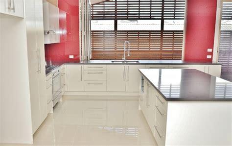 cr馘ence pour cuisine blanche cuisine faience cuisine marron et beige 1000 idées sur la décoration et